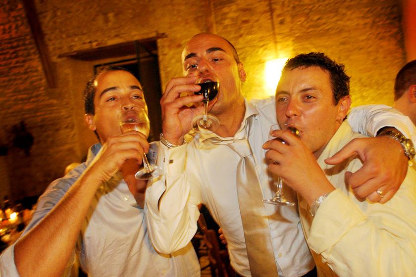 sposo beve tanto vino fotografia