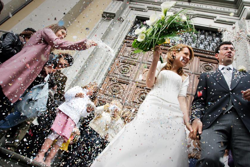 foto lancio riso fuori chiesa sant'alfonso torino
