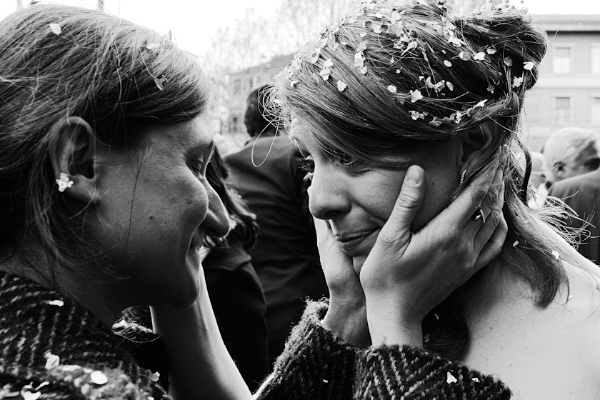 amiche della sposa bacio