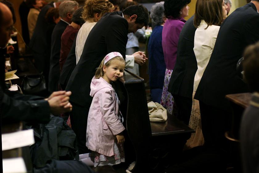 foto bimba durante l'eucarestia chiesa sant'alfonso torino