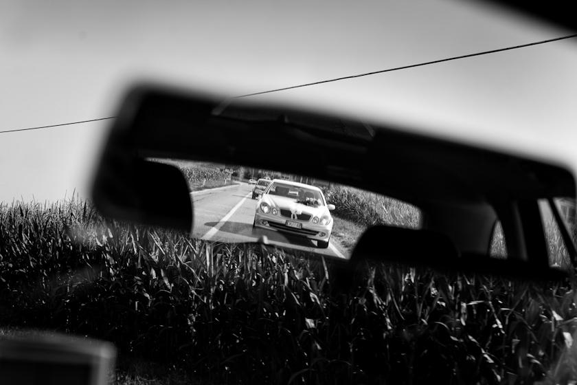 auto sposi nello specchietto
