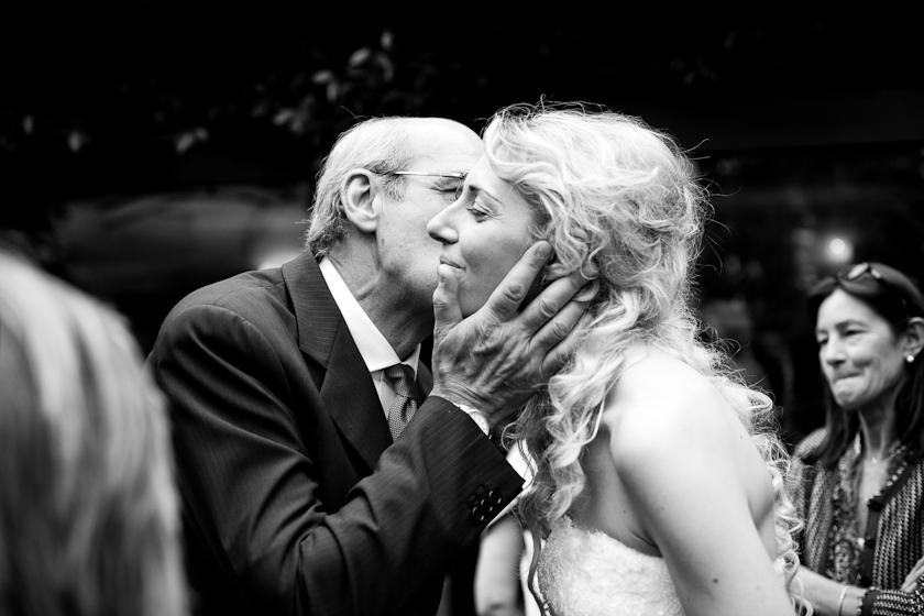 papà che bacia la sposa