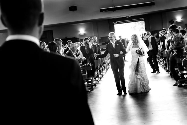 ingresso chiesa sposo con genitore matrimonio torino